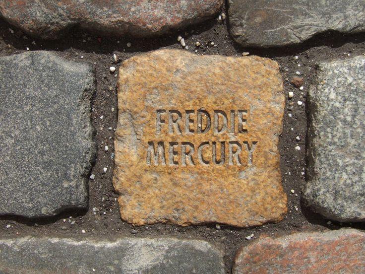 Stein zur Erinnerung an Freddie Mercury im Eingangsbereich der Bundeskunsthalle in Bonn