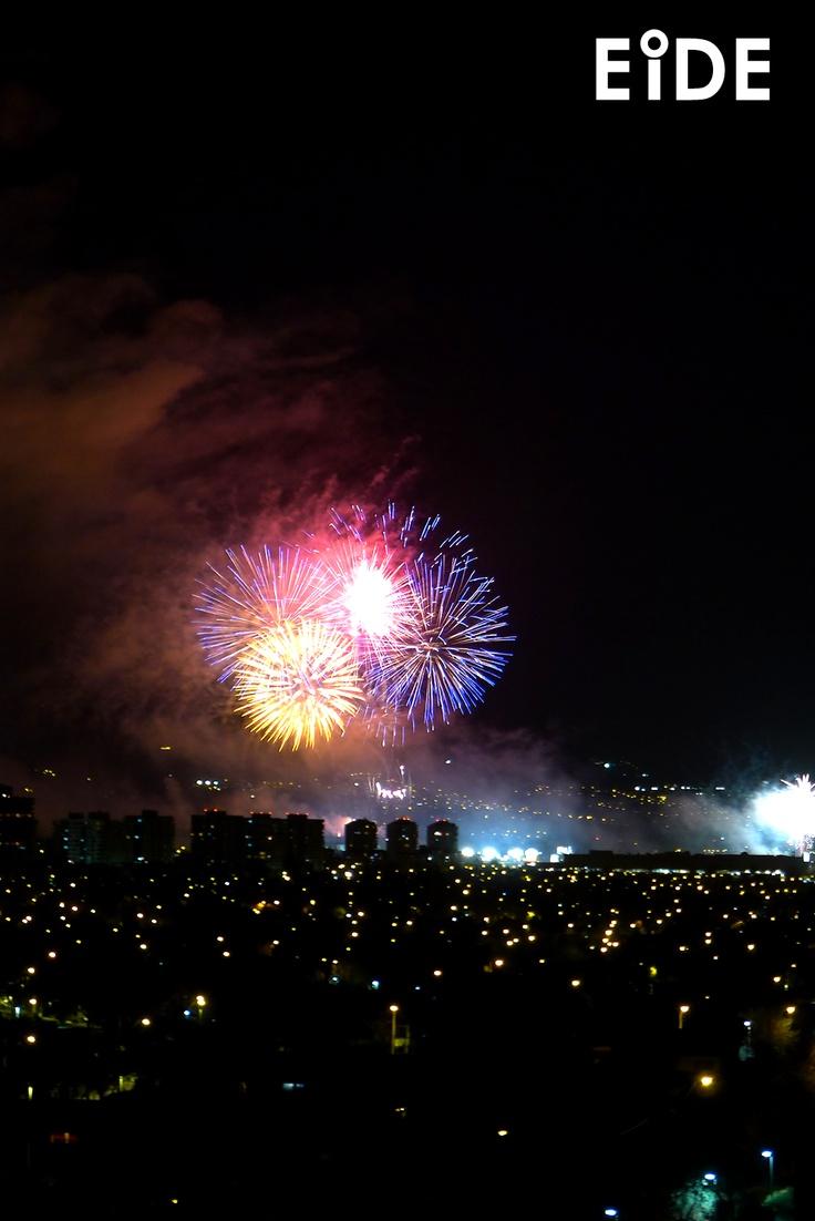 Fuegos artificiales sobre Santiago de Chile.  http://www.eide.cl