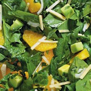 Кроме репки, шпината и апельсина в салат нужно добавить авокадо. Оно отвечает за маслянисто-ореховую ноту