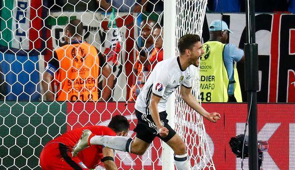 FOOTBALL. Après son exploit face à l'Espagne, l'Italie défiait ce samedi l'Allemagne en quart de finale de l'Euro 2016. Un match serré où c'est finalement l'Allemagne qui gagne son ticket pour la demi-finale jeudi prochain à Marseille. Revivez ce match en direct.