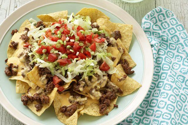Bien sûr, vous avez déjà mangé des nachos, mais attendez de goûter à ces nachos garnis de bœuf haché assaisonné, de sauce au fromage, de laitue, de tomate et d'oignon. C'est autre chose!
