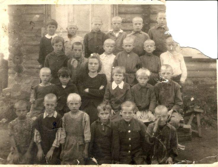 Первый класс с учительницей. Новосибирская область. РСФСР. СССР. 1947 год.