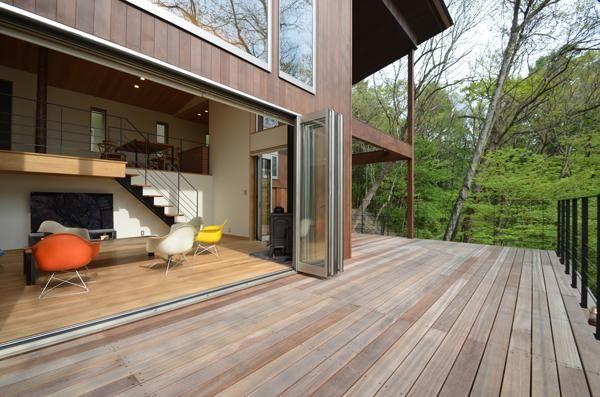 傾斜地を平坦に造成しなかった為、外部の庭スペースを設けませんでした。<br /> しかし、代わりに室内から連続する広いデッキを設けています。 専門家:鎌田賢太郎が手掛けた、ウッドデッキテラス1(大きな栗の木の下の家)の詳細ページ。新築戸建、リフォーム、リノベーションの事例多数、SUVACO(スバコ)