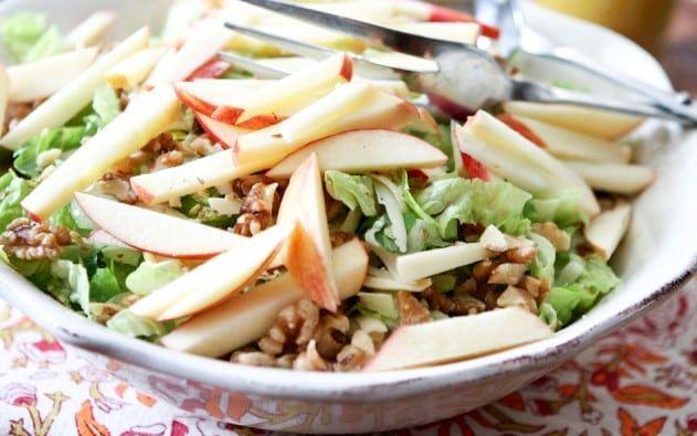 Salată cu efecte antioxidante, din NUCI, MERE și CEAPĂ verde | La Taifas