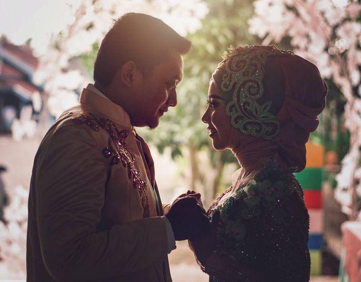 .. You complete half of my deen ... Wedding make up wardrobe and decoration by @aa_irfan85 ... #wedding #weddingciamis #weddingideas #muslimwedding #weddingtasikmalaya #weddingciamis #bride #bridal #kebaya #indonesia #nikontop #afs50mm #portaitpage #indonesianwedding #beauty #fearlessphoto #splashphotowrx by splashphotowrx