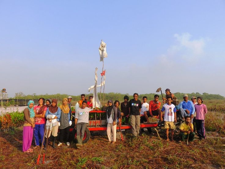 Our staff and the community near Lamandau Wildlife Reserve preparing for Replanting Project