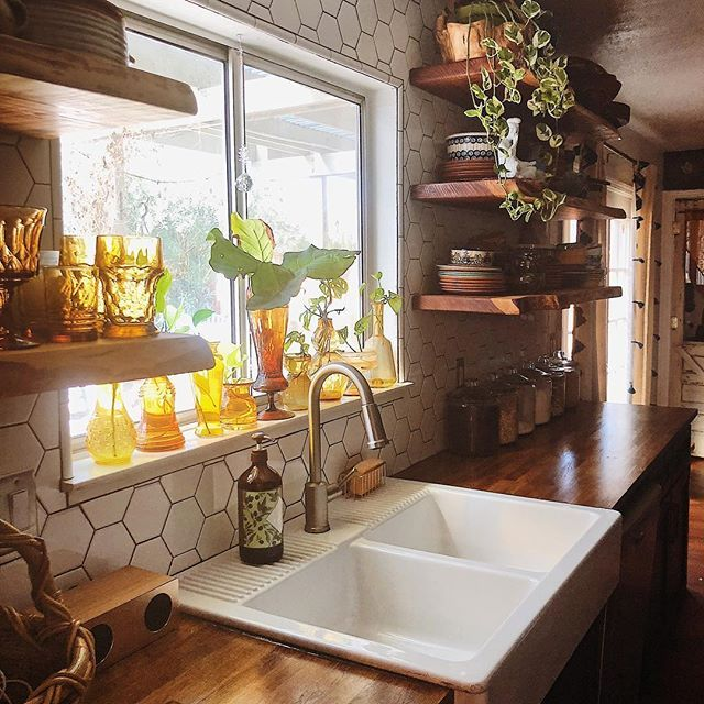 WEBSTA @themamaboheme That amber glass.... and the sun☀️ perfect match. ADDICTED . . . ✨farm sink and butcher block counter top @ikeausa ✨ live edge open shelving @ponderosamillworks ✨gold and wood grain blue tooth speaker @homegoods ✨ honey comb backsplash and truffle grout @homedepot ✨ curtains @westelm ✨all amber glass and pottery THRIFTED! . . .
