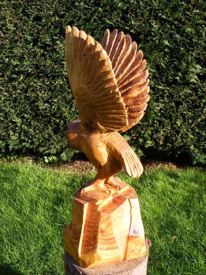 Chainsaw Galerie umělce |  Socha sova pálená v pohledu zezadu letu