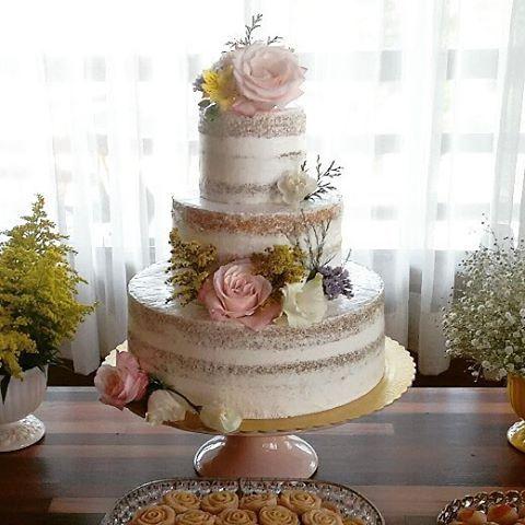 E meu coração se enche de alegria e gratidão por ver a cada dia, as promessas de Deus se cumprindo na minha vida.😍🤗🙌 Ele me dá sabedoria, capacidade e amor para a cada dia, fazer melhor o meu trabalho. . Bolo de casamento!! Simplesmente amei fazer essa lindeza!!🤗😍 . . #festacapixaba #casamentoes #casamentodedia  #bolosdecorados #bolocasamento #boloespatulado #seminakedcake #chantininho #bolos #casamentocapixaba #capixabagourmet #casando_no_es #nakedrustico #bolodecasamento #weddingcakes…