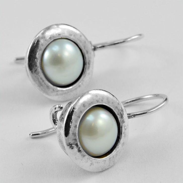 Stříbrné náušnice s perlami Stříbrné náušnice s pravými sladkovodními perlami. Velikot perel je 8mm. Délka náušnic vč. háčku je 27mm. Stříbro 925/1000 Hmotnost 5,7g (pár)
