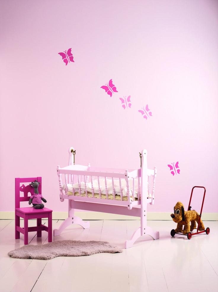 Veggene er malt med Jotun Sens 3302 Lille Prinsesse. Sommerfuglene er laget med sjablonger. Farger: Sens 3114 Roseblad, Sens 3115 Tryllestøv. www.jotun.no