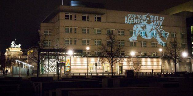 Zeichnung einer nackten Frau an AfD-Zentrale und der US-Botschaft in Berlin projiziert