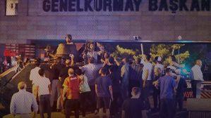 """Genelkurmay Başkanlığı işgal altında Darbeci askerlerin Ankara'da ilk saldırdıkları yer Genelkurmay Başkanlığıydı. Tanklarla Genelkurmay'ın önüne gelen darbeciler vatandaşların direnişiyle karşılaşınca vatandaşları vurmaya başladılar. Polis ekiplerinin """"Misliyle karşılık verilecek"""" talimatı üzerine operasyon başlatmasıyla darbecilerin kullandığı helikopterler de olay yerine gelerek saldırıya destek verdi. Çok sayıda vatandaşın şehit düştüğü Genelkurmay önünde, çatışmalar sabaha kadar sürdü."""