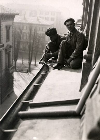 Mario Gabinio: Torino, due lattonieri mentre riparano una gronda - 1930 ca.