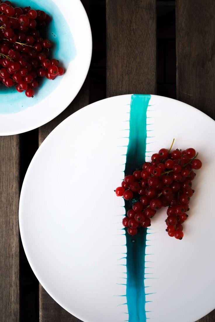 DIY Teller im Wasserfarben Look! Gestalte dein Geschirr im trendigen Aquarell Look einfach selbst! Ich zeige dir wie du den Wasserfarben Look dauerhaft auf deine Teller bekommst. Ein einfaches Upcycling Projekt für dein altes Porzellan mit Einbrennlack fü