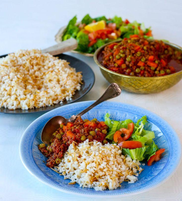 Smörstekt ris med vermicelli är ett gott turkiskt ris som är som gärna serveras bredvid en smarrig gryta. Samma typ av ris är också väldigt populär i Mellanöstern. Mina barn älskar att äta riset med yoghurt och det gjorde jag också när jag var liten  RECEPT PÅ GRYTAN HITTAR DU HÄR! 6 portioner 5 dl ris (valfri sort, se bild nedan vilken sort jag har använt) 2 dl vermicelli 15 g smör 2 msk olja Ca 1,5-2 tsk salt Ca 7-8 dl vatten Gör såhär: Tvätta riset och sila sedan av det ordentligt…