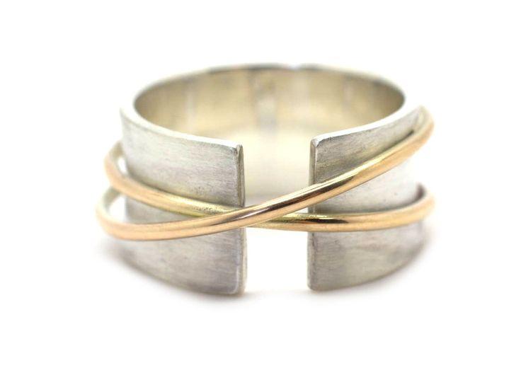 Handgemaakte en fairtrade zilveren ring met twee gouden ringen
