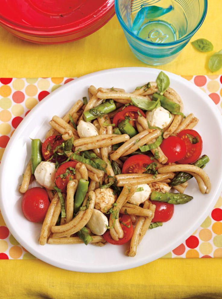 Recette de Ricardo de salade de pâtes, d'asperges et de bocconcinis