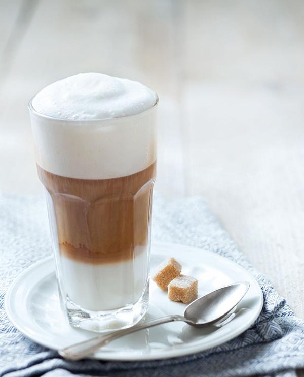 Latte macchiato betekent letterlijk gevlekte melk: veel (biologische) melk met slechts een 'vlekje' koffie