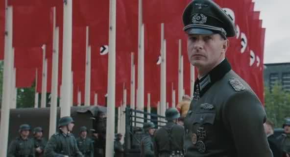 """""""A queda"""", """"Operação Valquíria"""", """"A lista de Schindler"""", """"Hitler: A Ascensão do Mal"""", a inúmera gama de filmes sobre nazismo encorporam à figura do nazista uma maldade perfeita, um sistema bem acabado, que mesmo com o bom intento de produzir irreversível repúdio ao atentado contra a vida, ao holocausto, a esta mancha na história da humanidade, acarreta em um efeito despercebido, a fetichização do poder…"""