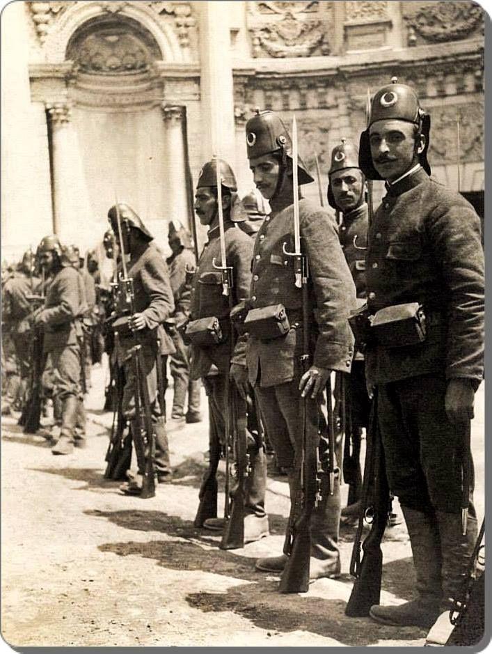 Dolmabahçe palace guards. Dolmabahçe saray muhafızları, 1912.