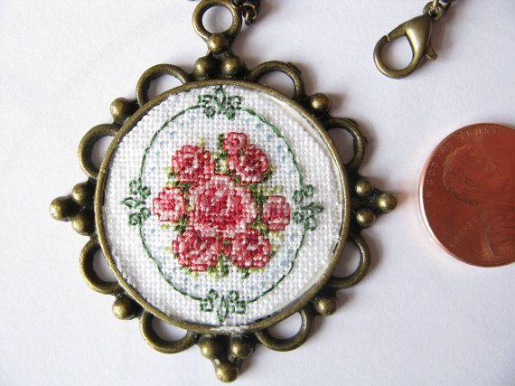 Ροζ τριαντάφυλλο κρεμαστό κόσμημα, Μενταγιόν μενταγιόν, αυξήθηκε μετάλλιο, σταυροβελονιά κόσμημα, το χέρι ραμμένες μενταγιόν, ροζ τριαντάφυλλα, το χέρι ραμμένο τριαντάφυλλα -