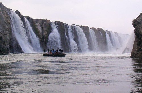 Hogenakkal Falls in Tamil Nadu. Photo credit: Wikimedia Commons