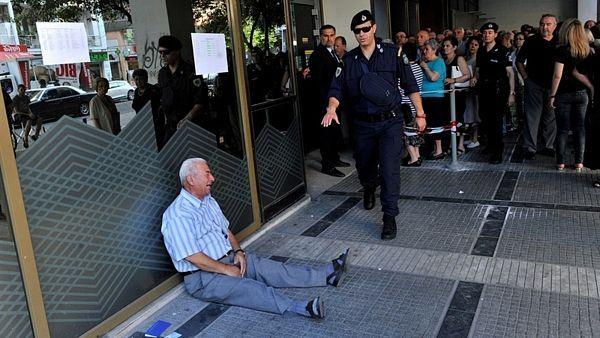 Řecký důchodce Giorgos Chatzifotiadis pláče před pobočkou banky v Soluni.