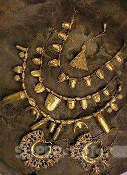 ARTE PÚNICO. S. VII a. C. TESORO DE LA ALISEDA. Descubierto en el año 1920 en esta localidad extremeña; está integrado principalmente por una diadema de oro, brazaletes, sortijas, sellos de oro y un brasero, destacando el cinturón de oro formado por numerosas placas unidas y con adornos en relieve. Detalle de COLLARES y PENDIENTES.