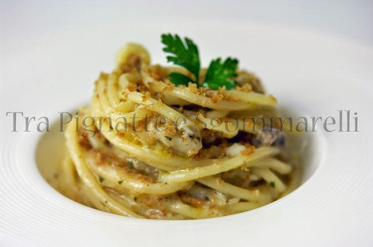 Spaghettoni con coda di rospo, finferli e crumble di pane all'aglio