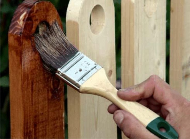 to varnish a wooden fence