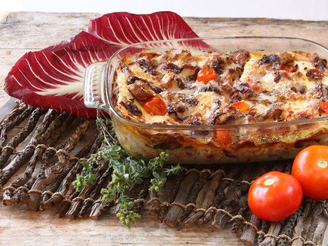 LASAGNE CON RADICCHIO E SALSICCIA 1/5 - INGREDIENTI (PER 6 PERSONE)  - 200 g di lasagne all'uovo  - 300 g di salsiccia di tacchino  - 300 g di foglie di radicchio   - 400 g di bechamel  - 100 g di parmigiano grattugiato  - 50 g di pomodori secchi  - 2 cucchiai di olio d'oliva extravergine  - 3 rametti di timo  - 30 g di burro   - Sale e pepe