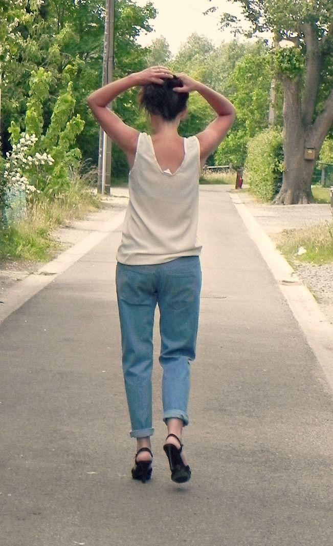 Modèle femme  Plus besoin d'aller piquer le jeans de votre homme.Pop-corn est un jeans type boyfriend dessiné pourles morphologies féminines. Sa taille est large et basse. Portez-le avec votreceinture préférée. La coupe des jambes est large, courte.Pour un effet nonchalant, retroussezles ourlets au dessus des chevilles. Vous retrouverez les détails qui font un vrai jeans:les deux poches avant, la petite poche à gousset,deux poches appliquées au dos, l'empiècement au bassin et les…