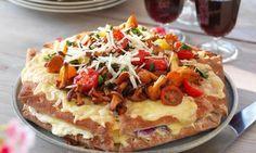 Lycka är en varm smörgåstårta! Varva tre lager bröd med köttfärs, mozzarellaost och annat gott. Gratinera och toppa hela härligheten med smörstekta kantareller och tomater! Perfekt helgmys!