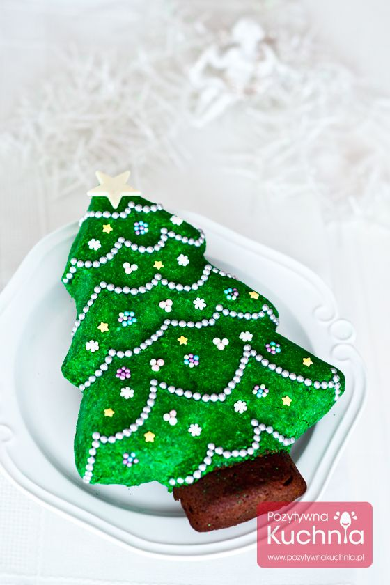 Ciasto choinka - #przepis na ciasto świąteczne na #wigilia i Boże Narodzenie. Piernik czekoladowy z marcepanem zabarwionym na zielono czyli #ciasto choinka ze świątecznymi dekoracjami.  http://pozytywnakuchnia.pl/ciasto-choinka/  #kuchnia #wypieki