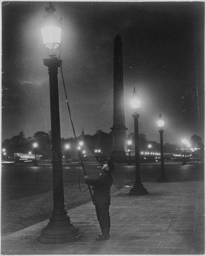 Allumeur de réverbères, place de la Concorde - Brassaï (pseudonyme de Gyula Halász) né le 9 septembre 1899 à Brașov, mort le 8 juillet 1984 (à 84 ans) à Beaulieu-sur-Mer (Alpes-Maritimes), est un photographe hongrois, naturalisé français, également dessinateur, peintre, sculpteur et écrivain. - épreuve argentique- 1933 - collection particulière.