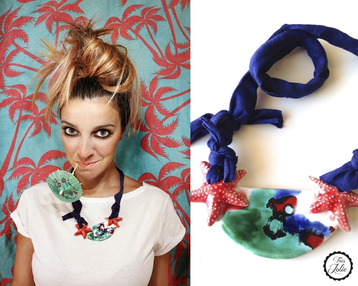 Collar de cerámica esmaltada con estrellas de mar, montado con trapillo azul marino.