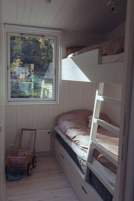 Snickeribyggd våningsäng i modulbyggt sommarhus. www.sommarnojen.se #somrum #våningssäng #fritidshus #sommarhus #snickeribyggt