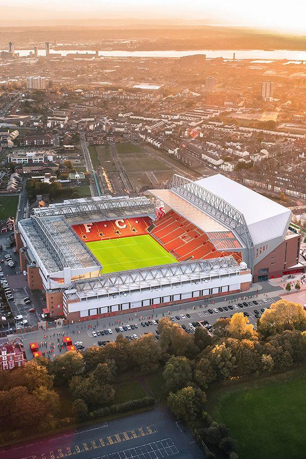 Anfield, ubicado en la ciudad de #Liverpool, #Inglaterra. Es uno de los estadios más longevos del mundo entero y es la casa del Liverpool, por si fuera poco cuenta con una acústica privilegiada. Capacidad: 44.742