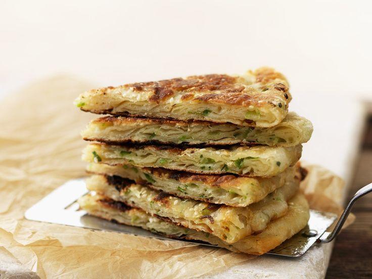 Pfannkuchen auf chinesische Art mit Lauchzwiebeln | Zeit: 30 Min. | http://eatsmarter.de/rezepte/pfannkuchen-auf-chinesische-art-mit-lauchzwiebeln