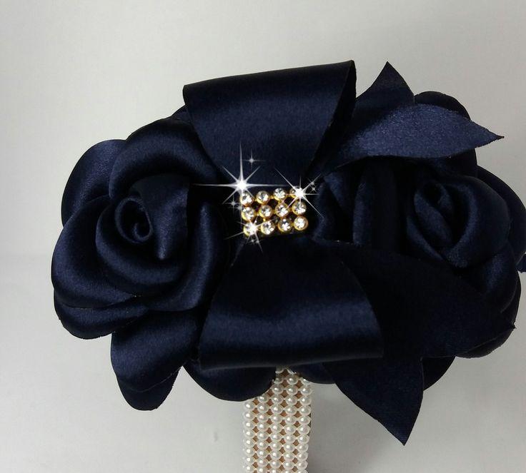 Duas lindas flores boleada mais laço azul marinho , pode ser colocada em arcos, faixa de elástico.  Feita em outras cores.                                                                                                                                                                                 Mais