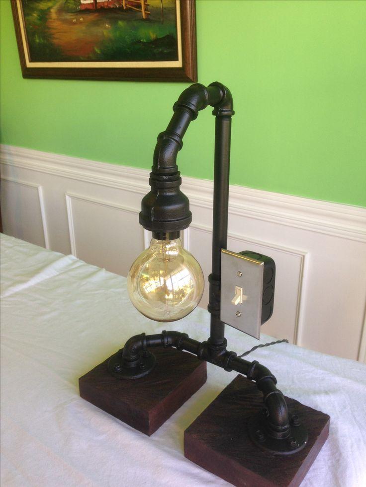 Lámpara de mesa con material reciclado y bombilla vintage