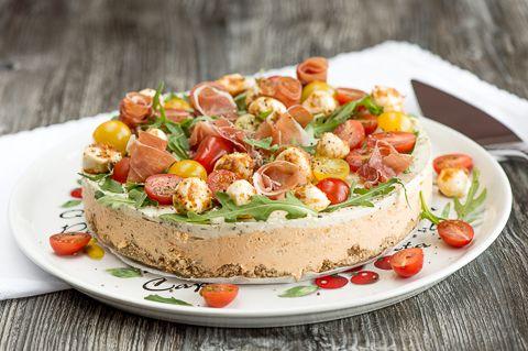Serranon juustokakku. Kevään ja kesän juhlat ansaitsevat juhlavan, mutta raikkaan ja herkullisen tarjottavan. Suolainen maistuu nykyisin makeaa paremmin ja siksi kannattaa panostaa suolaiseen tarjottavaan.