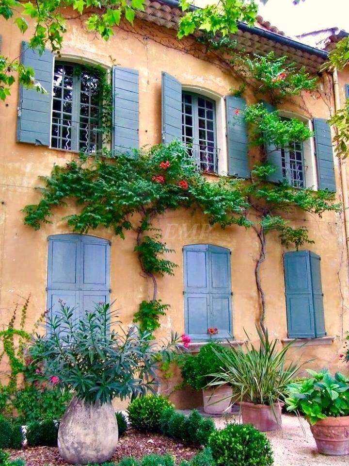Cette jolie maison pourrait avoir besoin d'une rénovation de menuiseries...