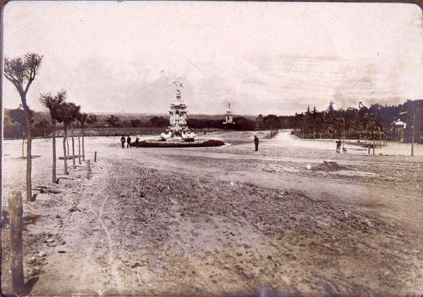Parque del Oeste (1913). Se puede ver la fuente de la Fama, realizada por Pedro de Ribera por encargo de Felipe V. Desde 1941 la podemos ver en la Calle Barceló (metro Tribunal)