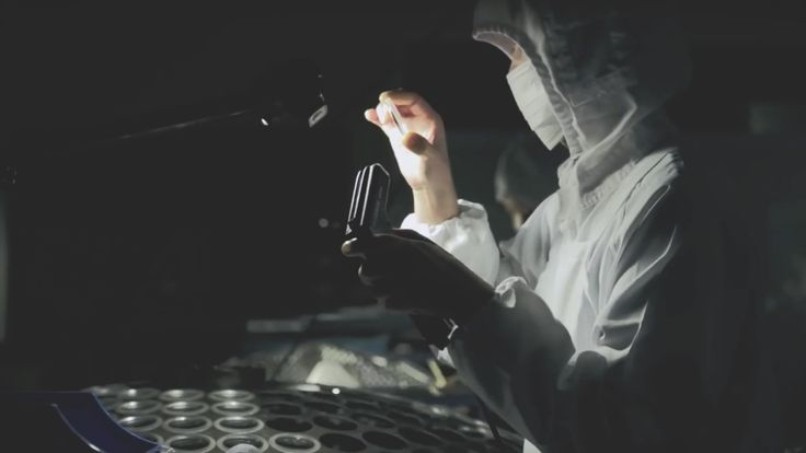 Hoe worden objectieven gemaakt?  Achter de schermen bij Sigma. 'Een onverwachts boeiende tour door Sigma's Aizu, lenzenfabriek in Japan'. Zo heet de video die Sigma onlangs heeft uitgebracht en waarin zij laten zien hoe zij lenzen voor spiegelreflex camera's maken. De video kan worden gezien als een moderne Kensho vastgelegd in een Haiga. Wat in gewoon Nederlands zoveel betekent als een prachtig beeldverhaal waarbij Sigma haar normen en waarden wil laten zien.