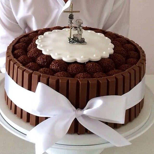 Bolo de Kitkat da @cakebyyu feito especialmente para Primeira Comunhão. Obs: o detalhe do bolo foi produção da cliente super caprichosa! Ficou lindo! Parabéns Mi!