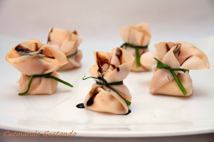 I Fagottini di fesa di tacchino e formaggio sono un antipasto finger food molto sfizioso delicato ed originale semplice da preparare.