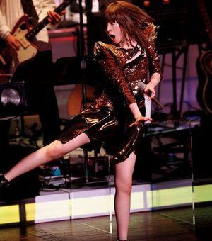 パワフルに歌うyuki。アーティストYukiのライブ