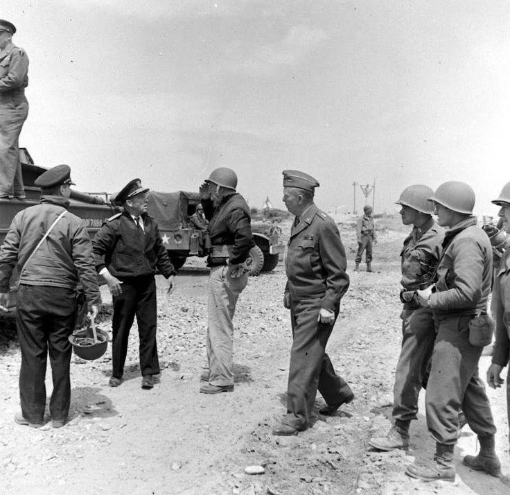 Le 12 juin 1944, sur la plage du Ruquet à Saint Laurent sur Mer, secteur Omaha. debout sur le Dukw, le General Dwight D. Eisenhower , commandant le SHAEF, Supreme Headquarters Allied Expeditionary Forces casquette noire de face, l'Admiral Ernest J. King, Chief of Naval Operations (commandant l'US Navy) casqué de profil, le Rear Admiral John L. Hall Jr, Commandant la Force 0 (TF124) de profil avec un calot, , le Lt. Gen. Henry A. Arnold, commandant toute l'US Army Air Force Repo...